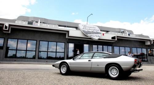 Lamborghini Urraco in fata muzeului Lamborghini