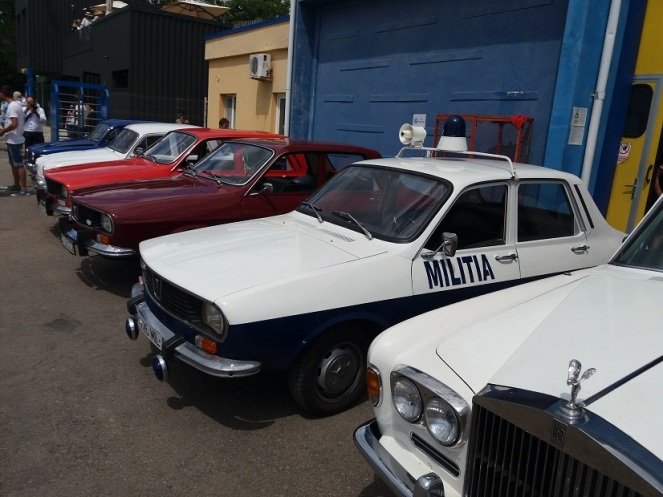 Expozitia auto retro in fata hangarului