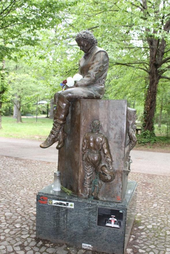 Monumentul Ayrton Senna amplasat la intrarea circuitului de la Imola