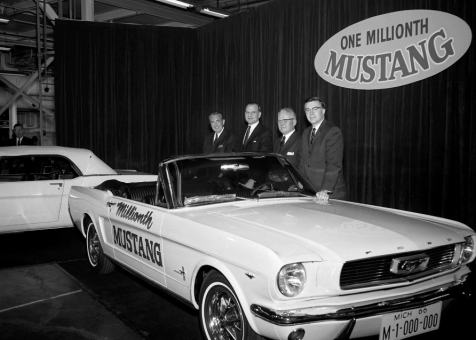 Lee Iacocca cu Ford-ul Mustang nr. 1 milion