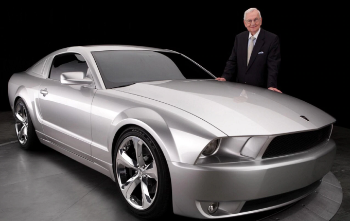 Lee Iacocca cu prototipul Ford Mustang in 2002