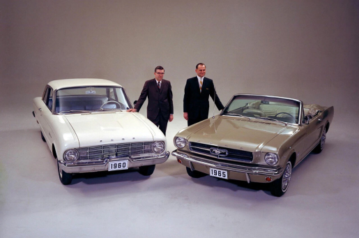 Lee Iacocca (dreapta) cu Don Frey - Ford Product Manager, Ford Mustang I Cabrio si Ford Falcon