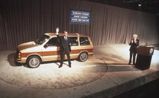 Lee Iacocca la lansarea conceptului Minivan K-car in 1983