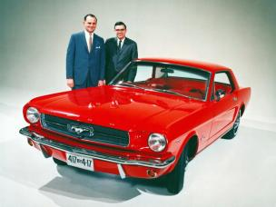 Lee Iacocca (stanga) cu Don Frey - Ford Product Manager si Ford Mustang I