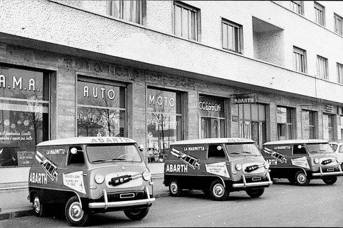 Fiat 600 Multipla personalizate cu reclame pentru evacuarile Abarth